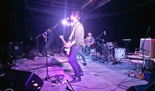 Die Band verbindet Electroclash mit Noise-Rock und Post-Hardcore.