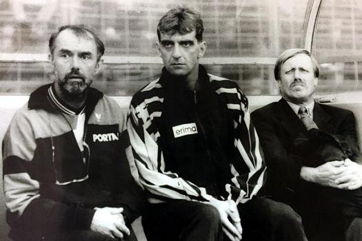 Siggi Held (rechts) als Trainer von Dynamo Dresden neben Co-Trainer Ralf Minge und Mannschaftsarzt Dr. Detlef Schlegel  | © SG Dynamo Dresden / privat