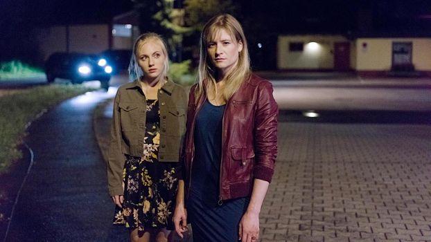 Janine (Elisa Schlott) löst sich von ihrer alleinerziehenden Mutter (Julia Jentsch).