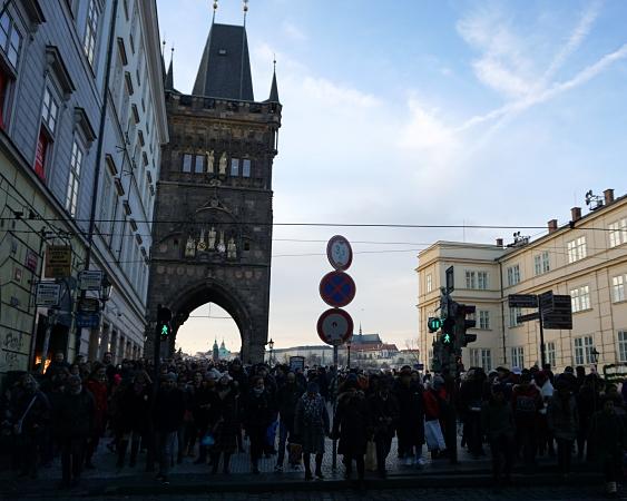 Touristen am Kreuzherrenplatz (Křižovnické náměstí)