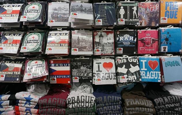 Alle lieben Prag - Auswahl an T-Shirts und Kapuzenpullis in einem Souvenirladen im Stadtzentrum