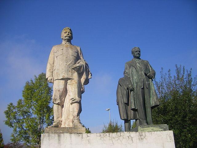 Steinerne Zeugen der Geschichte: Statuen von Stalin und Gottwald im schwäbischen Gundelfingen    | © Szeder László, CC BY-SA 4.0