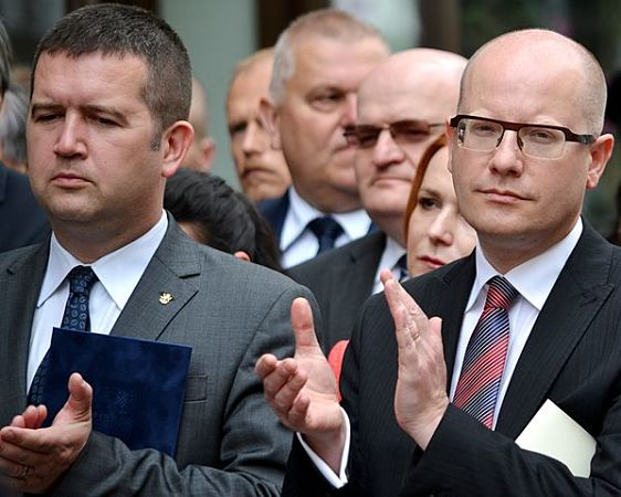 Jan Hamáček (links) ist seit 18. Februar Vorsitzender der ČSSD und damit Nachfolger von Bohuslav Sobotka, der im Juni 2017 von diesem Amt zurückgetreten war.  | © David Sedlecký, CC BY-SA 4.0 (Hamáček und Sobotka bei den Feierlichkeiten zum 70. Jahrestag des Kriegsendes in Prag, Mai 2015)