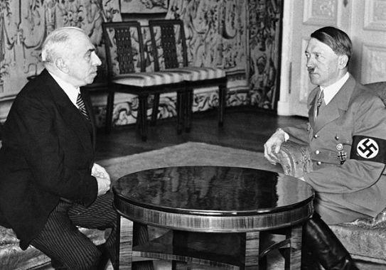 """Emil Hácha und Adolf Hitler am 16. März 1939 in Prag, einen Tag nach der Errichtung des """"Protektorats Böhmen und Mähren"""""""