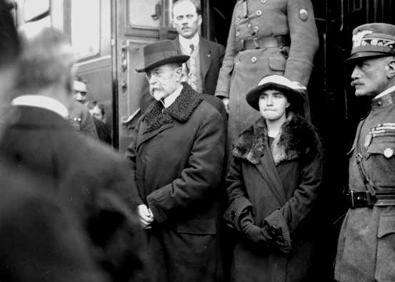 Tomáš G. Masaryk kehrte am 21. Dezember 1918 bereits als Präsident aus dem Exil in die Tschechoslowakei zurück (neben ihm seine Tochter Olga).  | © Josef Jindřich Šechtl, CC BY-SA 3.0