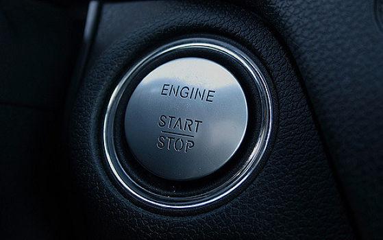 Das Starten des Motors entspricht bei Keyless-Go-Systemen in etwa dem automatischen Ent- und Verriegeln von Autotüren, nur dass hier der Motorstart-/Stoppknopf gedrückt wird.  | © Erik Grønne, CC BY-NC-SA 2.0