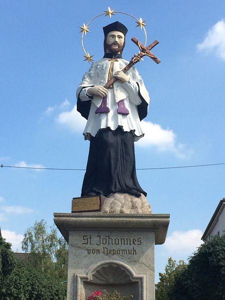 Statue des Johannes von Nepomuk am Rheinufer in Bonn-Beuel