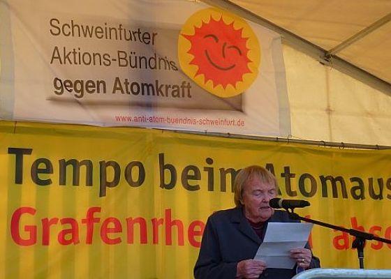 Gudrun Pausewang auf einer Kundgebung am AKW Grafenrheinfeld im Jahr 2013  | © WikiSysop