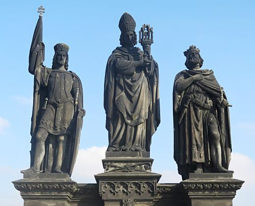 Statuen der drei böhmischen Landespatrone Wenzel, Norbert von Xanten und Sigismund auf der Karlsbrücke (v.l.n.r.). Sigismund von Burgund (ca. 472-524) ist der Namensgeber des römisch-deutschen Königs und Kaisers