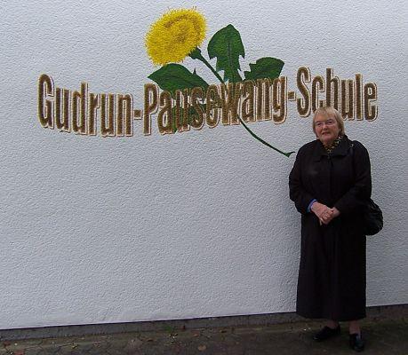 Gudrun Pausewang vor einer nach ihr benannten Grundschule im hessischen Lauterbach (Ortsteil Maar), 2010  | © Gudrun-Pausewang-Schule