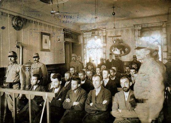 Gavrilo Princip (erste Reihe, Mitte) und andere Mitverschwörer während des Prozesses in Sarajevo im Oktober 1914